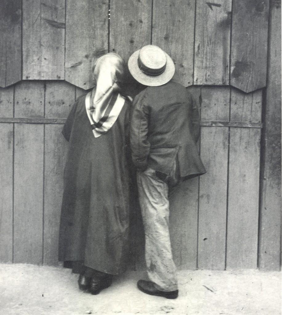 coppia di spalle